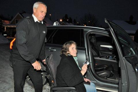 ET ENKLERE LIV: – TT-tjenesten gjør livet enklere på alle måter, sier Eva Østlien, og skryter av Marlon Sveum og de andre ansatte ved Raufoss Taxi. Men nå frykter hun at mange TT-brukere vil få et mye mindre beløp å kjøre for.