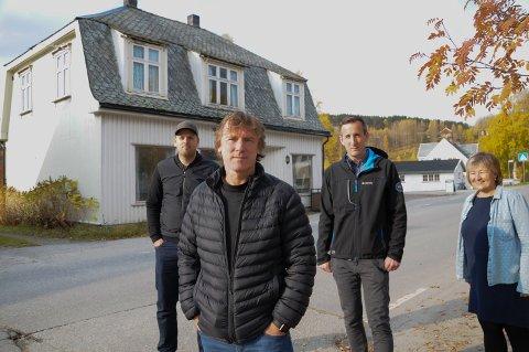SÆRPREGET HUS: - Målet er at Olsen-huset i Brugata på Tolga skal stå ferdig neste sommer, sier Bengt Erik Olsen. Bak fra venstre: Tore Brennmoen Tollan, Bjørnar Semmingsen og Inger Elisabeth Saanum.
