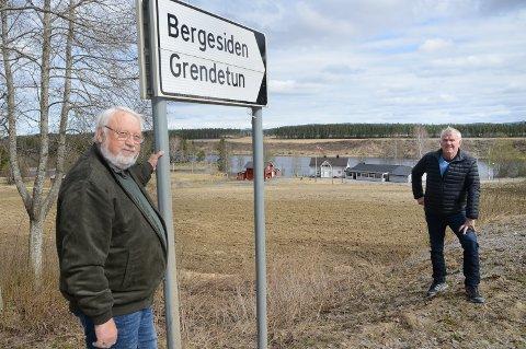 APPLAUDERER FORSLAGET: – Vi synes forslaget har mye for seg, sier Arne Idar Grandahl, til venstre, og Ragnar Einarsrud i Bergesiden vel i Våler. I bakgrunnen ser vi Bergesiden grendetun.