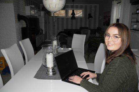 STUDERER HJEMMEFRA: – Jeg har bare vært fire dager på skolen siden desember, sier hjemmeboende student Thea Ulvmoen Sand.