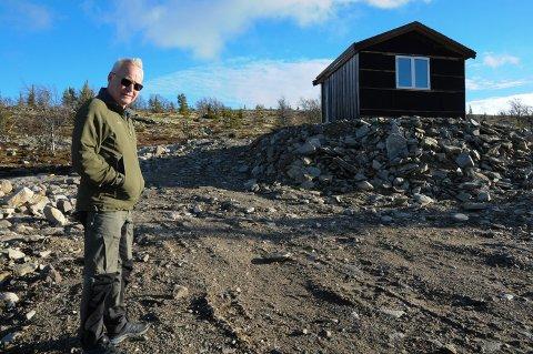 VANNFORSYNING: Øyvind Nesbakken i Renåfjellet velforening foran hytta med høydebassenget i Renåfjellet som er noe av stridens kjerne.