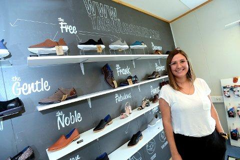 SATSER PÅ SKO: Luisa Arango på Flisa designer sko både til dame, herre og barn, i tillegg til vesker. Men nå har hele produksjonen stoppet opp, på grunn av koronasituasjonen.