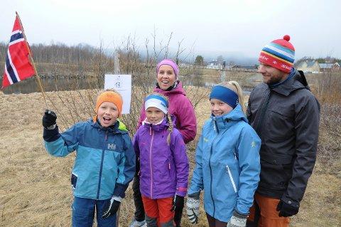 NATURSTI: Toril Moen og Vegard Mikkelsen med barna Mikkel (fra venstre), Mia og Emma løste spørsmål på naturstien langs Glomma når det ikke ble noe 17.maitog.