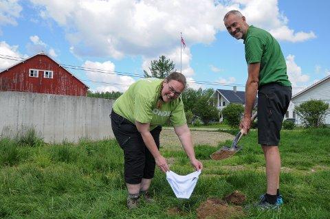 TRUSETRIKS: Gårdbruker Marianne Lunåsmo og rådgiver Rune Granås i Norsk Landbruksrådgivning er spente på hvordan trusa de gravde ned i bakken ser ut om to måneder.