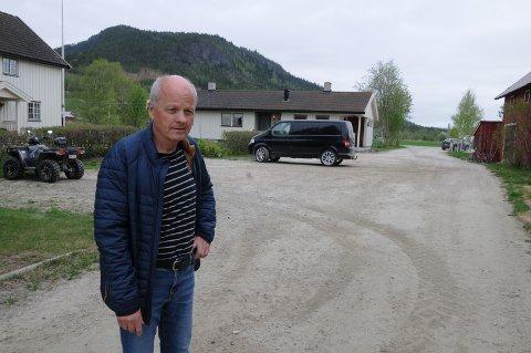 OMRINGET AV VANN: - Selv om vannet sto 20 centimeter oppover husveggene opplevde jeg ikke storflommen i 1995 som direkte dramatisk, sier Tor Eggestad.