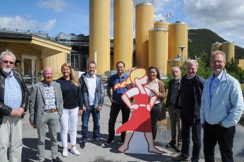 BESØKTE SYNNØVE FINDEN: En delegasjon fra FrP og KrF besøkte anlegget til Synnøve Finden i Alvdal i  forbindelse med melkepriser i fjor sommer. Fra venstre: leder Arne Georg Aunøien i Tynset Frp, fylkestingsrepresentant Alexander Ramse Olsen (Frp), fylkestingsrepresentant Marit Ophus (Frp), fabrikksjef Erik Brekstad, Øyvind Berg som er ansvarlig for fabrikkene til Scandza i Norge, fylkestingsrepresentant Charlotte Veland Hoven (KrF), gruppeleder Arne Dagfinn Øynes i Alvdal KrF, fylkesleder Olud Maurud i Innlandet KrF og stortingsrepresentant Tor Andre Johnsen (Frp).