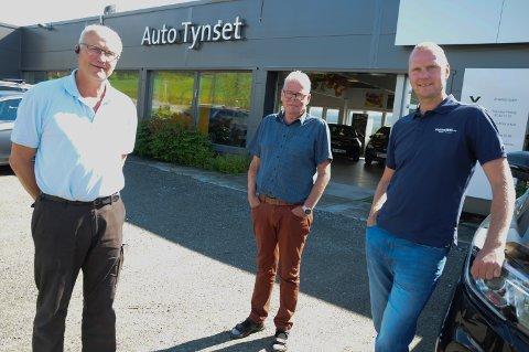 GLAD: Auto Tynset har fått Flaten Bil  ved daglig leder Øyvind Flaten-Løvås ( til høyre) som ny eier. Til venstre: daglig leder Helge Sølna sammen med pensjonert bilselger Even Tuveng.