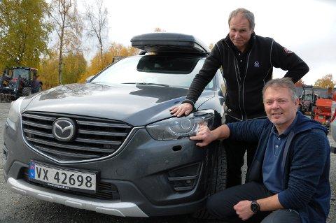 HELL I UHELL:  Kjetil Sæter hadde hell i uhell da han fikk skader for 15.000 kroner på bilen sin i møte med en lastebil med henger og gruslass. Bak: verkstedformann Arnfinn Bakken i Tolga Bil.