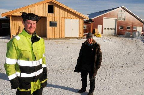 UNG BONDE SATSER:  Melkebonde Oddbjørn Meli  og leder Aina Eggen i Os produsentlag oppfordrer medlemmene til å produsere mest mulig melk.