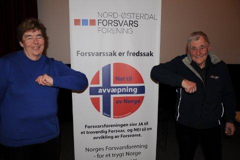 NY OG GAMMEL LEDER:  På grunn av smittevernsregler kunne ikke Erik Kindølshaug gratulere Oddbjørg Morseth som ny leder i Nord-Østerdal Forsvarsforening med å ta henne i hånda. I stedet brukte de albuene.
