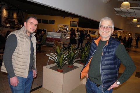 ØKER KAPASITETEN: Daglig leder Qendriem Krasniqi ved Trontorget Kafe og eiendomssjef Hans Georg Helberg i Alti Tynset.