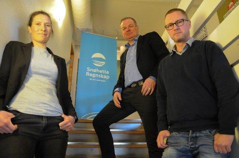 I STARTGROPA: Mari Kveberg og Stian Sandli tar sjansen på å skape sine egne arbeidsplasser i Alvdal. Bak:  konsernsjef  Paul Ulheim i Snøhettagruppen AS.