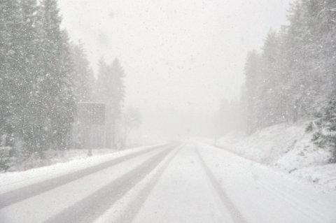 SLUDD OG SNØ: Det er ikke første gang det snør i Hedmark i begynnelsen av mai. Slik så det ut på Trysilvegen i morgentimene 5. mai 2012.