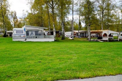 Flere spikertelt står igjen på Biristrand Camping etter at helårscampere har dratt. Foto: Per Ivar Henriksbø