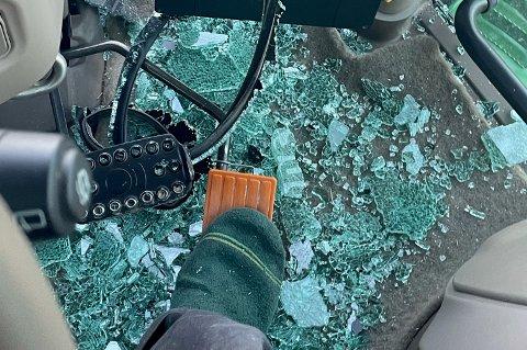 Glass: Slik så det ut i traktorhytta til Arne Nytrøen Solvang etter at en stropp fra en lastebil i høy fart løsnet og traff frontruta hans.