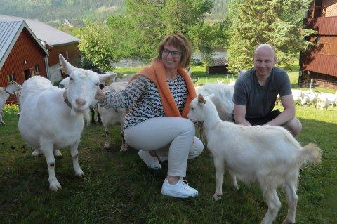 KJÆLNE GEITER: Avdelingsleder Hanne Didriksen og teamleder Ola Barstad med geitene på Storsteigen som snart skal slippes på beite på setra på Meløya i Einunndalen.