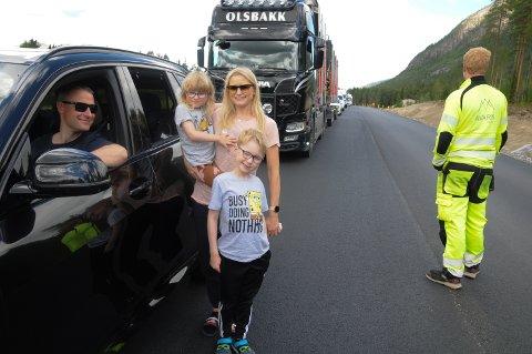 LANGE KØER: Joachim Hoffstad Ness satt bak rattet, mens Kari Silset og barna Mia og Even benyttet ventetiden på riksveg 3 ved Bellingmo sør for Alvdal til en liten benstrekk.