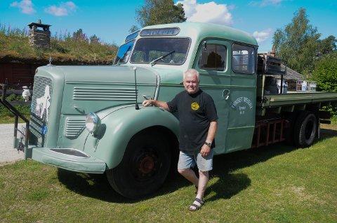 KRONJUVELEN: Ivar Hugubakken har en spesiell forkjærlighet for den gamle Mercedes-Benz meieribilen som nettopp er restaurert.