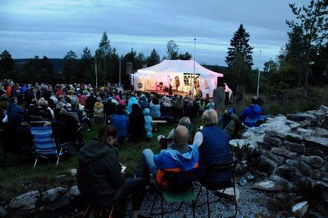 AVSLUTNING: Årets Festspill ble avsluttet med en stemningsfull solnedgangskonsert med Kari Bremnes på Christiansfjeld festning lørdag.