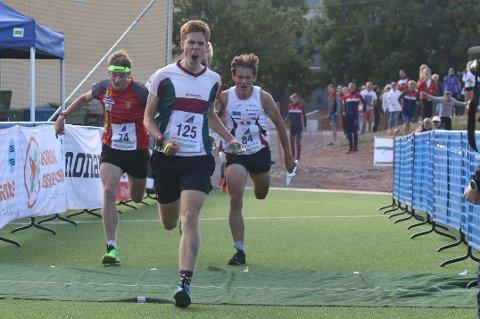 MESTEREN: Sander Tonjer Fingarsen spurter inn til gull. Tre konkurrenter følger rett bak.