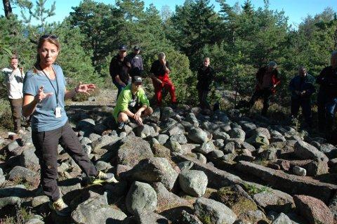 Det var arkeolog Cathrine Engebretsen fra Vestfold fylkeskommune som ledet følget over øya.