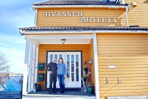 DRIVERNE: Sibylle Thomas og Sigvart Schøning-Olsen har drevet Hvasser Motell siden de overtok etter Sigvarts foreldre i 2005.