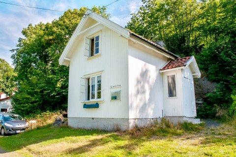 Den lille hytta i Søndre Tenvik ligger like ved stranda.
