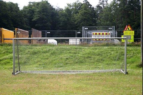På den tidligere fotballbanen er det hektisk aktivitet for tiden, men det bedrives slett ikke idrett. Her er det riggplass for utstyr og maskiner.