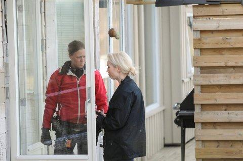 Mannskaper fra Bamble lensmannskontor under ransakelse av bopel på Stathelle.