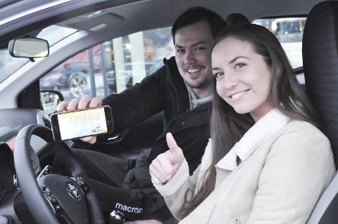 TAKKER MAGNUS: Silje Hjelle takker kjæresten Magnus Erga for at han solgte vinnerloddet til henne. Tommel opp for både ny bil og kjæreste. Her viser Magnus fram det første loddet Silje kjøpte og som altså har gitt henne en verdi på drøye 190 000 kroner.