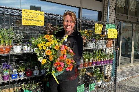 UTKJØRING: Nina Lunde Lidal håper flere vil benytte seg av gratis utkjøring framover. – Folk vil fortsatt ha blomster, det nærmer seg påske og vår og kundene vil pynte hager og hjemmene sine. Vi må bare tenke annerledes og møte kundene der de er, sier hun.