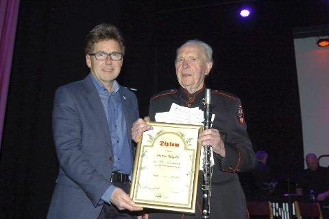 HEDRET: 95 år gamle Markus Ringsby er født omtrent på samme tid som korpsmusikken ble født i Rakkestad. Under konserten ble Markus hedret av Norsk Musikkorps Forbund, her representert ved Thor Olav Fjellhøi, for sine 75 år som medlem. Alle foto: John Byman