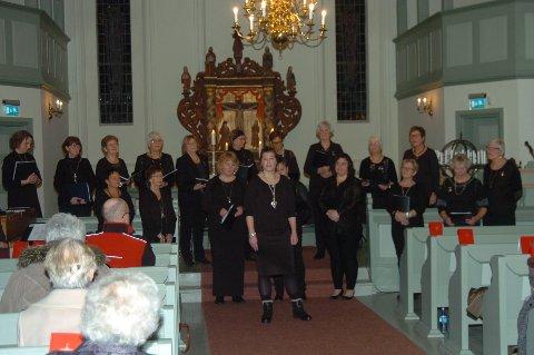 FØRJUL: Damekoret Fønix lagde julestemning i Degernes kirke tirsdag kveld. (Foto: John Byman)