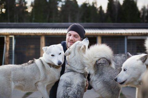 EVENTYRLIG I ERTEVANNVEIEN 1001: Etter tilværelsen i Svalbard la Kenneth Ask sin elsk på polarhunder. Nå har han ni hunder på gården og tilbringer mange kvelder med hundekjøring.