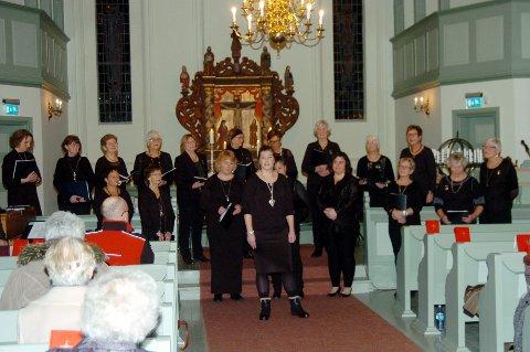 Damekoret Fønix arrangerer julekonsert sammen med demekoret Freidig, mannskoret Ljom og Rakkestad Janitsjar.