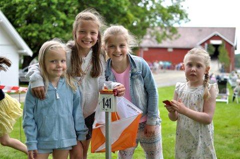 GØY MED ORIENTERING: Mari Lien (4), Ida Lien (8), Ada Stubberud (7) og Eirin Karlstad (4) likte å prøve orientering på årets låvebasar på Skattebøl gård.