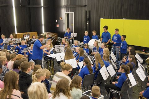 Lokket nye medlemmer: Rakkestad skolekorps hadde med seg aspiranter, juniorer og innleide musikanter under årets rekrutteringskonsert på Bergenhus skole.