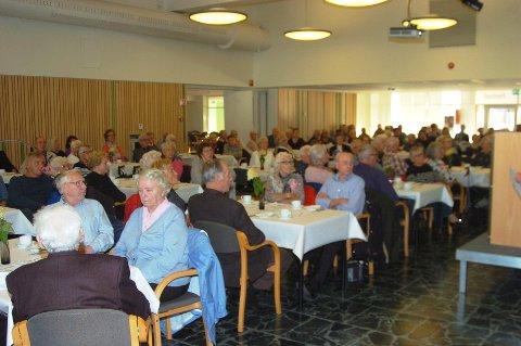 NYSGJERRIGE: De mange menneskene var nysgjerrig på hva fremtiden ville bringe når man blir gammel i Rakkestad.