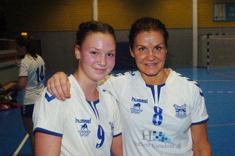 30 ÅR FORSKJELL: Degernes håndballdamer har et bredt spekter i alder. Aina Merete Sveen (t.h) er 46 år og fremdeles en meget god håndballspiller. Anny Ringsby Veiby er 30 år yngre og debutant på årets damelag i håndball. Men 16-åringen viser gode tegn på godt håndballtalent.