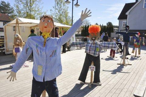 Kåring: Fugleskremslene til Rakkestad-elevene har stått utstilt til glede for publikum de siste årene under grønn gate. I år kan alle være med og konkurrere om å ha det beste fugleskremselet. Arkivfoto