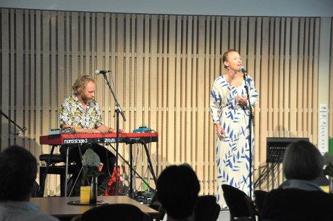 DIKT: Terje Norum (til venstre) har satt melodi til en rekke av Inger Hagerups dikt, som han formidlet sammen med skuespiller og sanger Heidi Gjermundsen Broch.