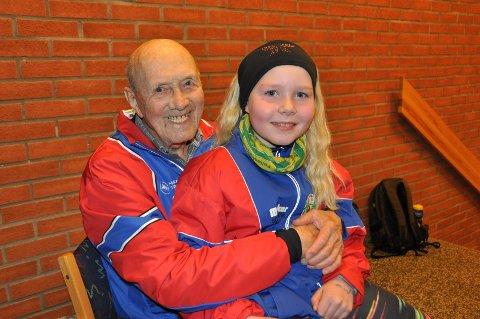 ELDST OG YNGST:Trygve Rådahl (snart 94) og Mathea Stegen (snart 9) vil gjerne ha flere medlemmer i klubben. Her trives de svært godt.