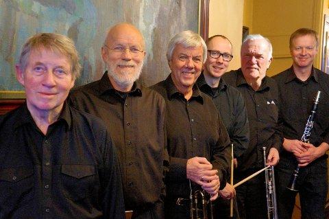 Band: Sangkoret Freidig har invitert Kjell G. Haugen Trad. Band og byr på en konsert for glajazz-foten. Fra venstre Roy Hellvin (piano), Svein Gusrud (Jan Kristiansen stepper inn som bassist på konserten), Kjell Gunnar Haugen (trombone), Kjetil Lønborg Jensen (på konserten Bjørn Olufsen på slagverk), Petter Falch (trompet) og Christian Frank (treblåser).