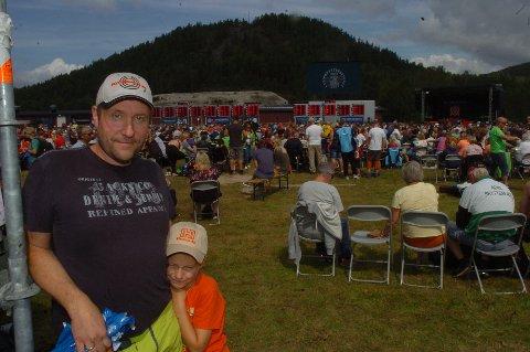 VANT NORGESCUPEN: Espen Glosli (45) vant norgescupen i felthurtigskyting sammenlagt, men kom ikke til finalen i samme disiplin på årets Landsskytterstevne. – Jeg ville jo gjerne, men var tom for krefter da jeg skjøt innledende skytingen, sier Espen, her sammen med sønnen Kristian. (Foto: John Byman)