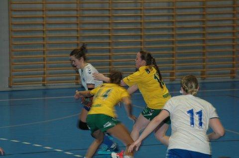 BEST: Sigrid Hagen ble kampens store spiller, og scoret fem sekunder før slutt og sørget for ett poeng mot Lisleby II i håndballkampen i Degerneshallen. Her bryter hun gjennom tross at hun hadde frimerke gjennom det meste av kampen. (Foto: John Byman)