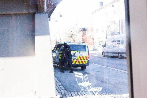 AKSJON: Bevæpnet politi med skjold og vester tok seg inn til en adresse i sentrumsboligen.
