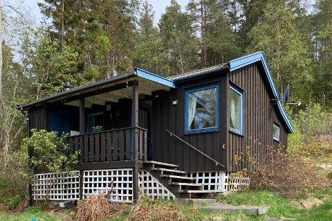 FYLT MED MINNER: Denne hytta har vært familien Riegers ferieparadis helt siden 1948. Nå er den til salgs.