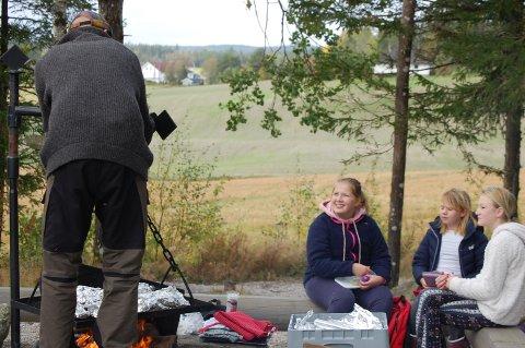 """MAT OG HELSE: Sjetteklassingene ved Kirkeng skole sørget for en sunn avslutning på uka der tema var """"Folkehelse og livsmestring"""". De forberedte egne fiskepakker som ble grillet over bålet i Vikingleiren."""