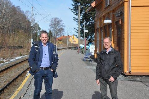 Rådmann Georg N. Smedhus og kommunalsjef Tron Kallum har søkt Viken fylkeskommune om å bli pilotkommune innen utvikling i grendene. Her er de på Eidsberg stasjon.
