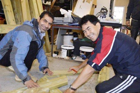 NORSK: Hassan (t.v.) og Ali må snakke norsk når de samarbeider om et oppdrag, og de må lære seg navn på ulike verktøy. Foto: Ingeborg Andreassen